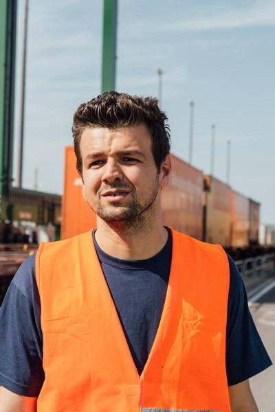 Auf diesem Foto ist ein Mitarbeiter des Güterzentrums Wien Süd zu sehen.
