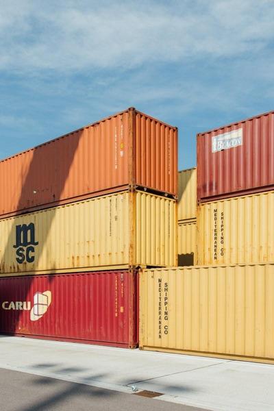 Auf diesem Foto sind mehrere Container zu sehen.