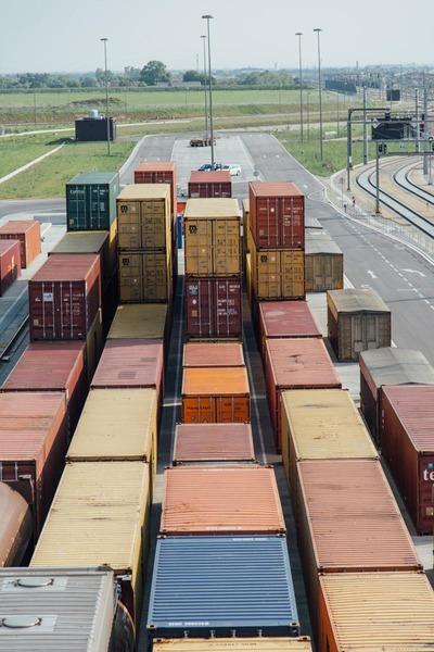 Auf diesem Foto ist eine Sammelstelle für Container zu sehen.