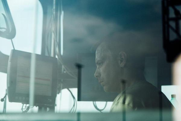 Ein Kranfahrer steuert einen Portalkran.