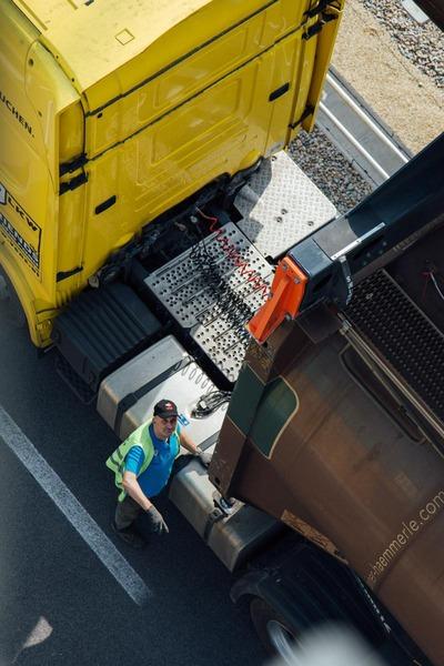 Ein Lastkraftfahrer sichert seine Ladung.