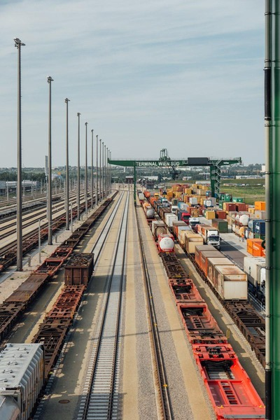 Auf diesem Foto ist eine Luftaufnahme des Güterzentrums Wien Süd zu sehen.