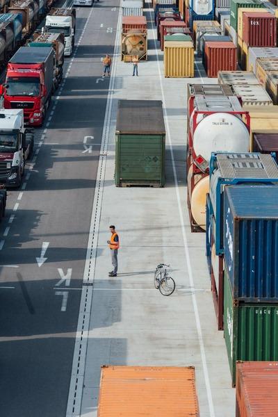 Ein Mitarbeiter des Güterzentrums Wien Süd leitet die Lastkraftfahrzeuge zu den vorgesehenen Stellplätzen.