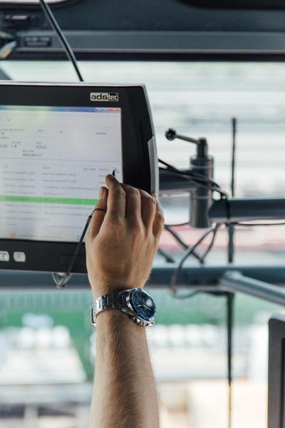 Ein Kranfahrer justiert die technischen Daten eines Portalkranes.