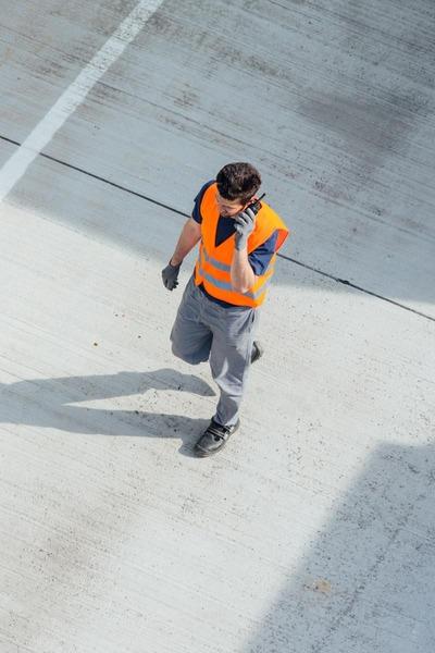Ein Mitarbeiter des Güterzentrums Wien Süd funkt seine Kolleginnen und Kollegen an.