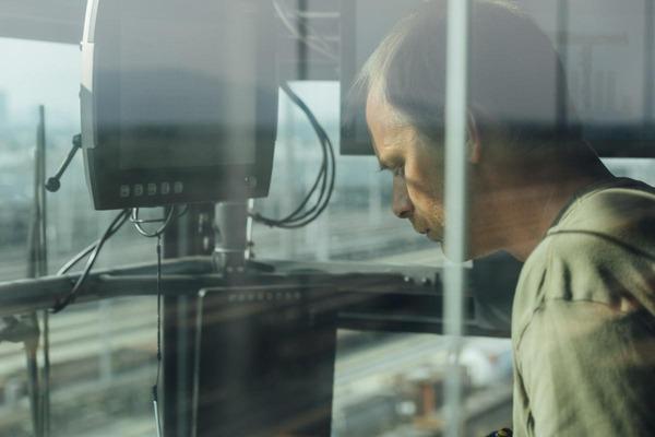Ein Kranfahrer trifft die letzten Vorkehrungen um den Portalkran zu steuern.