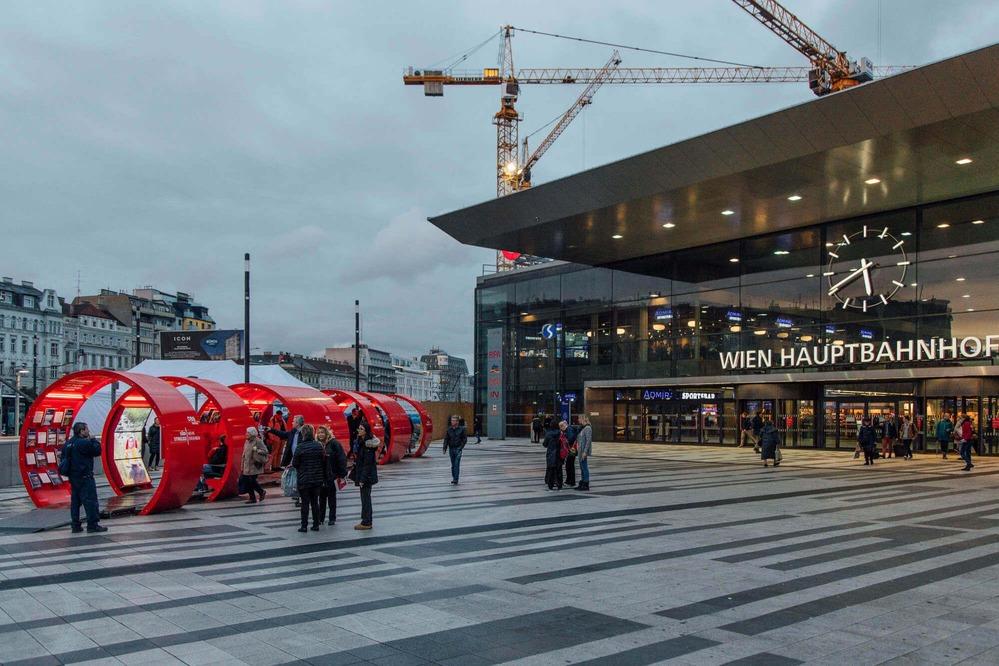 """Auf diesem Foto ist die aufgebaute """"InfoRail"""" vor dem Wiener Hauptbahnhof zu sehen."""