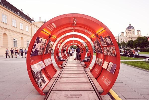"""Auf dem Foto ist die """"InfoRail"""" Ausstellung vor dem MuseumsQuartier zu sehen."""