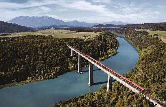 Ein Zug überquert ein Brücke.