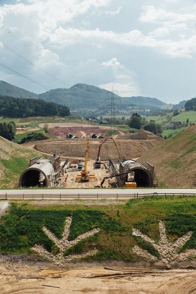 This photo shows the construction of exposed tunnel tubes.