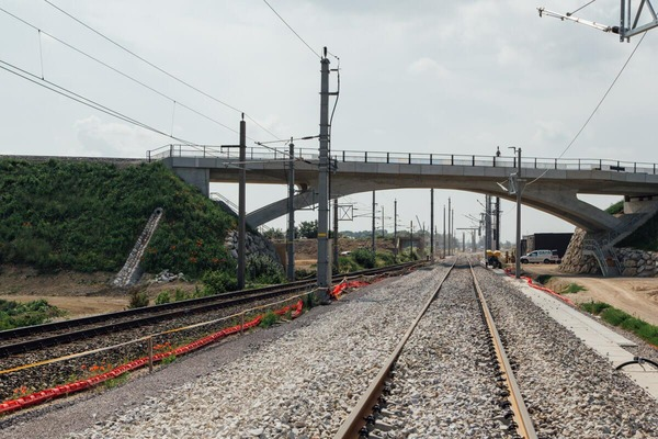 Rail network with overpass