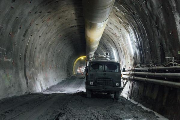 Tunnelarbeiten mit dem Auto