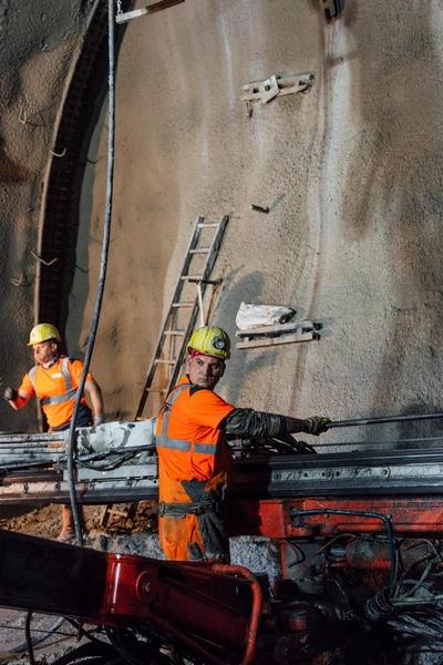 Bauarbeiter bereiten auf die Sprengung vor