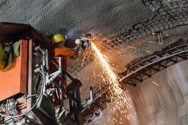 Bauarbeiter macht Schweißarbeiten im Tunnel
