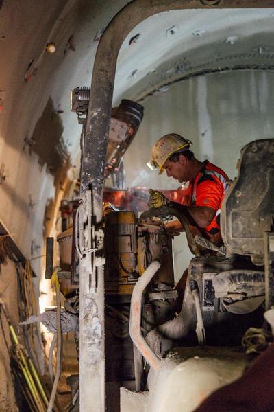 Bauarbeiter arbeitet bei einer Maschine