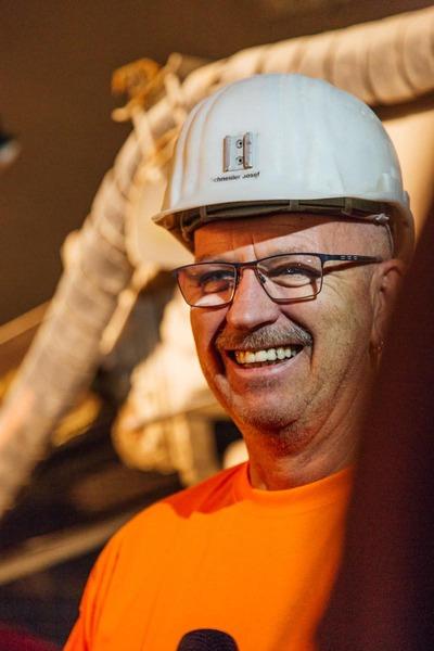 lächelnder Bauarbeiter mit Helm