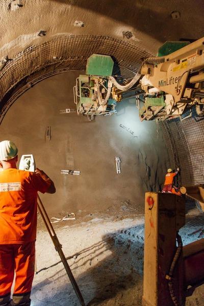 Vermessungsarbeiten an Tunnelwand