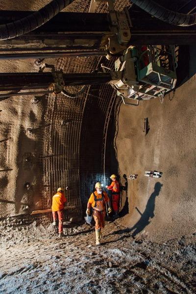 Bauarbeiter arbeiten im Tunnel