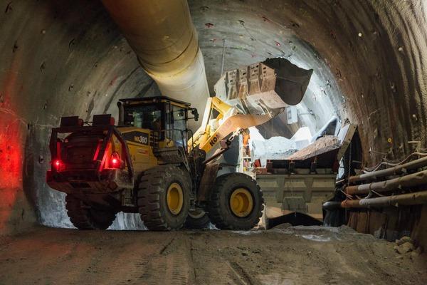 Baggerarbeiten im Tunnel