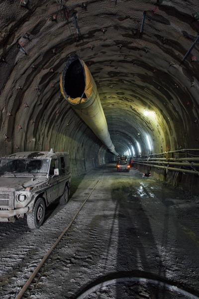 Blick in den Tunnel mit Bauarbeiterautos