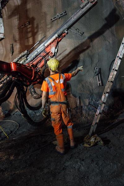 Bauarbeiter koordiniert die Arbeiten