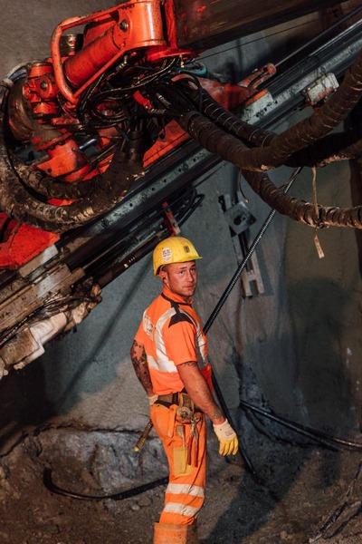 Bauarbeiterfoto im Hintergrund der Tunnelbohrer
