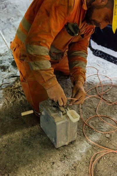 Bauarbeiter tätigt Verdrahtungen