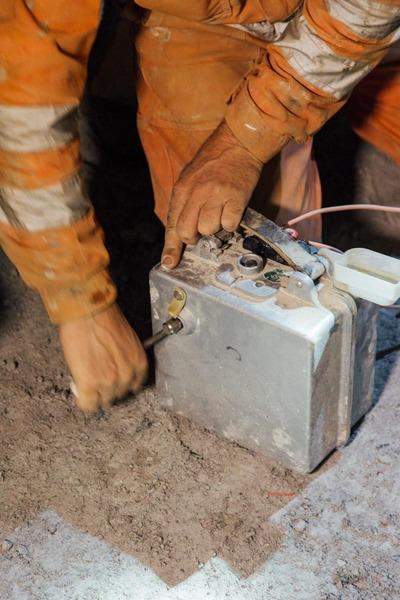 Bauarbeiter verdrahtet den Dynamitkoffer