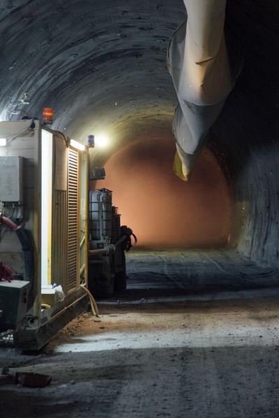 Blick im Tunnel an die bevorstehende Sprengungswand