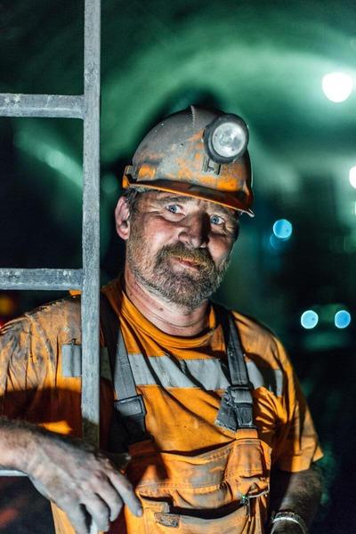 Portraitfoto im Tunnel mit Bauarbeiter
