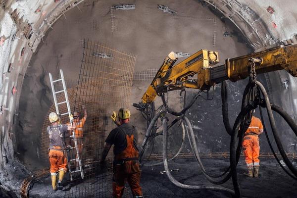 Tunnelbohrer im Einsatz und Bauarbeiter