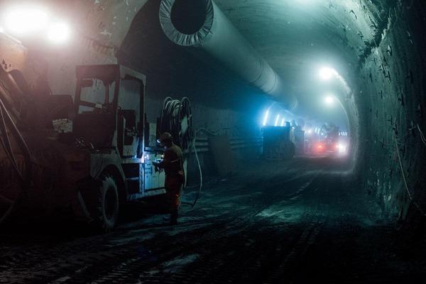 Bauarbeiten im dunklen Tunnel