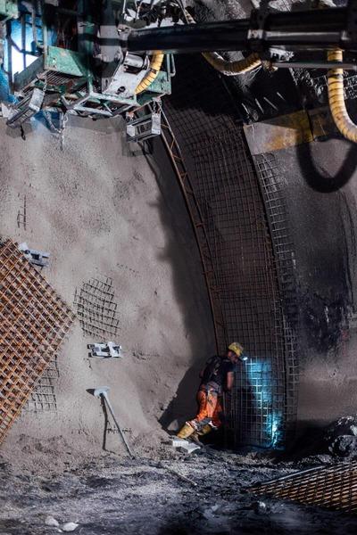 Bauarbeiten an der Tunnelwand