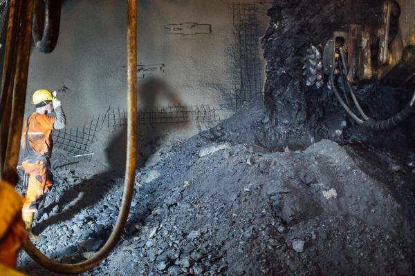 Bauarbeiter begutachtet die bearbeitete Bohrstelle