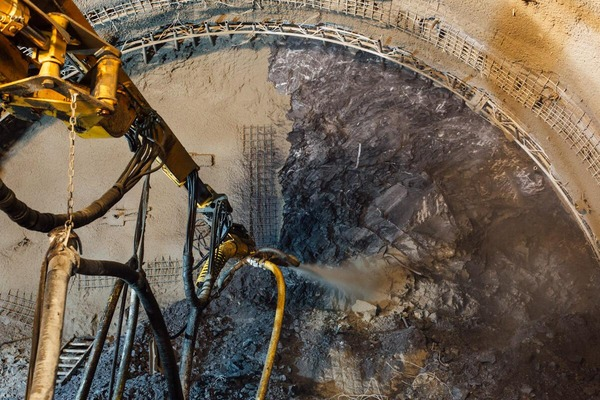 Maschine besprüht das ausgebrochene Gestein mit Sand
