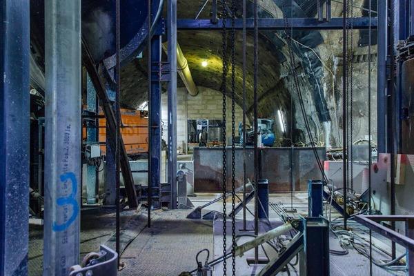 Material für die Baustelle im Tunnel