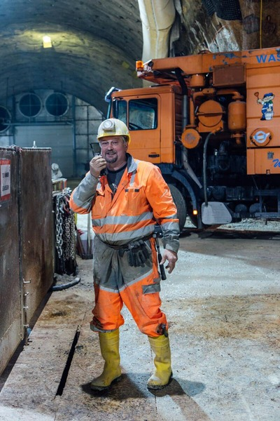 Bauarbeiter spricht ins Woki Toki