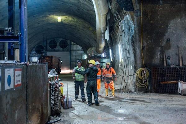 Besprechug unter den Bauarbeitern im Tunnel