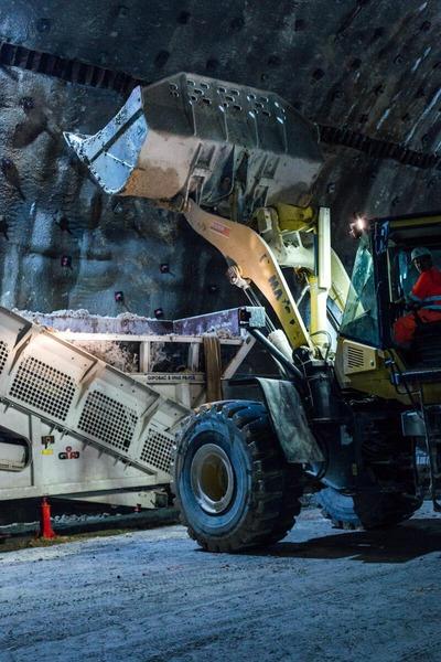 Baumaterial wird mittels Bagger transportiert