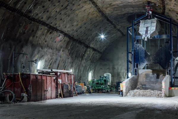 Viele Baumaschinen im Tunnel