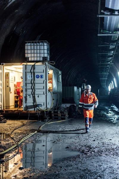 Bauarbeitercontainer im Tunnel