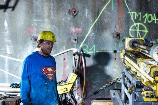 Bauarbeiter mit Helm und Schutzbrille