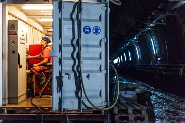 Bauarbeiter sitz in einem Container im Tunnel