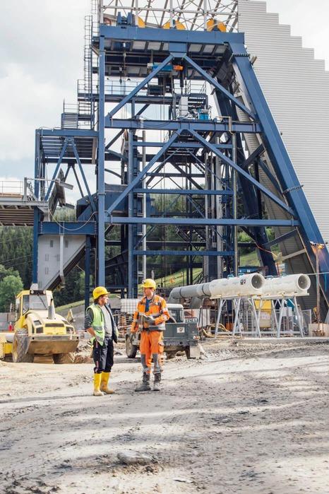 Baugestell auf der Baustelle mit zwei Bauarbeiter