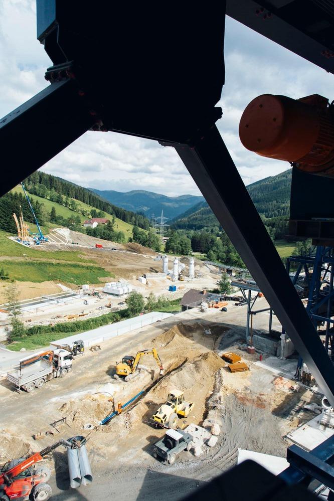 Vogelperspektive vom Baugestell auf die Außenansicht der Baustelle