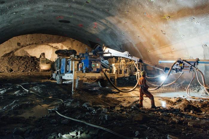 Baumaschine im Tunnel mit Bauarbeiter