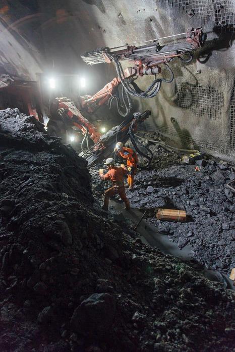 Bauarbeiter im Tunnel mit viel Gestein