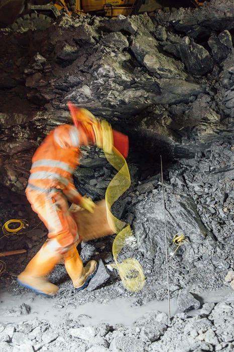 Bauarbeiter gibt Dynamit ins Gestein