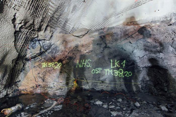 Verdrahtete Tunnelwand für die Sprengung
