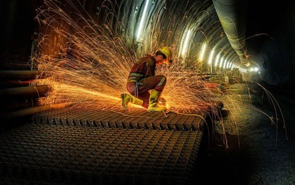 Schweißarbeiten an einem Baustellengitter